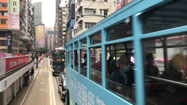vídeos de stock e filmes b-roll de tram hong kong - wan chai old city street life - linha do elétrico
