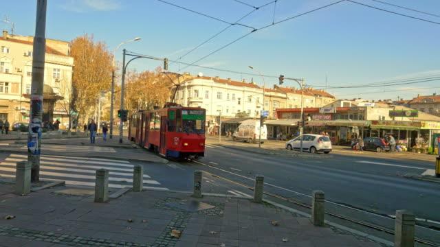 vídeos de stock, filmes e b-roll de eléctrico de ws em belgrado - sinais de cruzamento