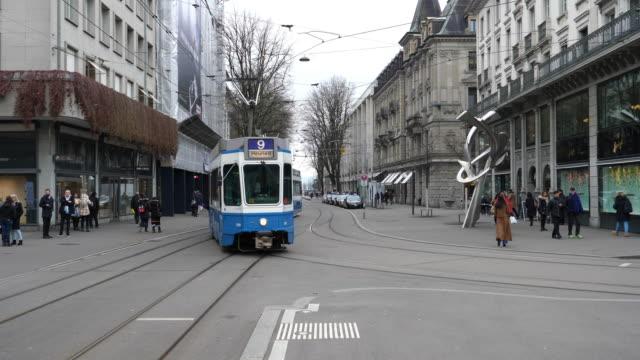 tram in zürich, zurich at bahnhofstrasse - tram stock-videos und b-roll-filmmaterial