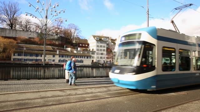 tram in der zürcher altstadt - tram stock-videos und b-roll-filmmaterial