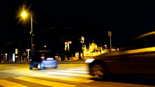 vidéos et rushes de tram se déplace le long du danube à budapest, hongrie , contexte est le bâtiment du parlement et le danube - culture de l'europe de l'est