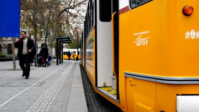 vidéos et rushes de tramway se déplace le long du danube à budapest, hongrie - culture de l'europe de l'est
