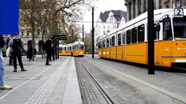 vidéos et rushes de tramway se déplace le long du danube à budapest, hongrie - budapest