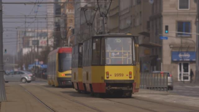 vídeos de stock e filmes b-roll de tram moving along tracks in warsaw, poland - linha do elétrico