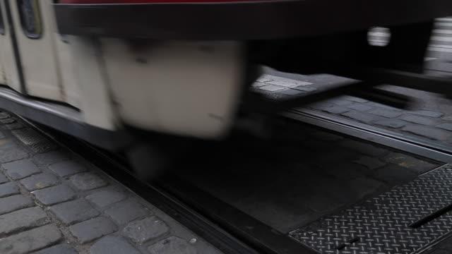 tram on krizovnicka, old town, prague, czech republic, europe tram on krizovnicka, old town, prague, czech republic, europe - 路面軌道点の映像素材/bロール