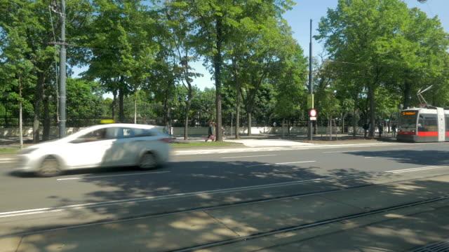 vidéos et rushes de tram on ring road with cars. - ligne de tramway