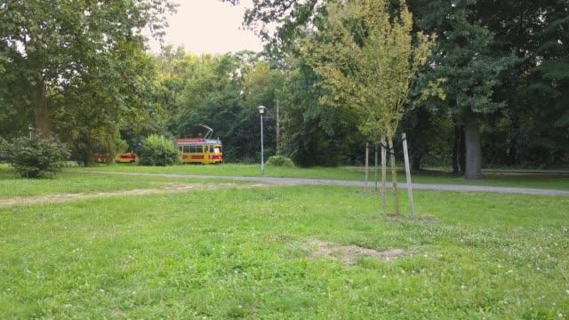 vídeos de stock e filmes b-roll de tram passing in green park - linha do elétrico