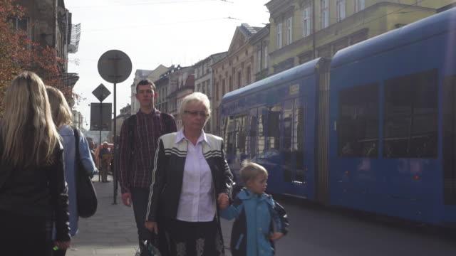 vídeos de stock, filmes e b-roll de tram public transportation at krakow - ponto de vista de bonde