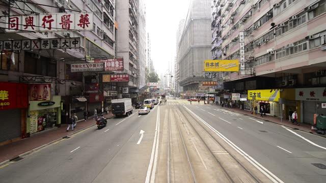 vídeos de stock, filmes e b-roll de t/l wa pov of tram racing through downtown hong kong - ponto de vista de bonde