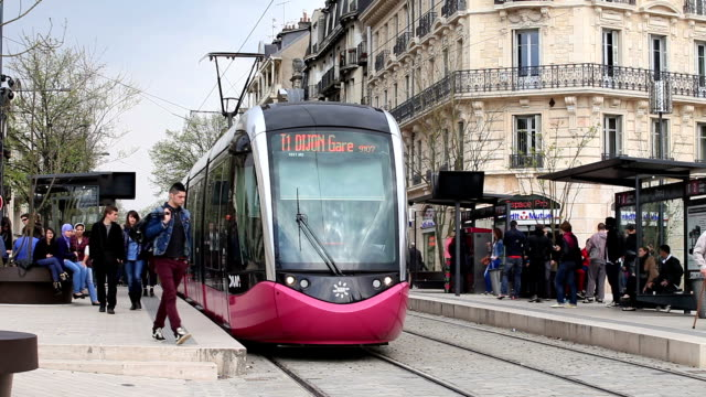 vidéos et rushes de a tram stop in the city of dijon, burgundy, france. - tramway