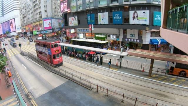 vídeos de stock e filmes b-roll de tram stop traffic in hong kong - linha do elétrico