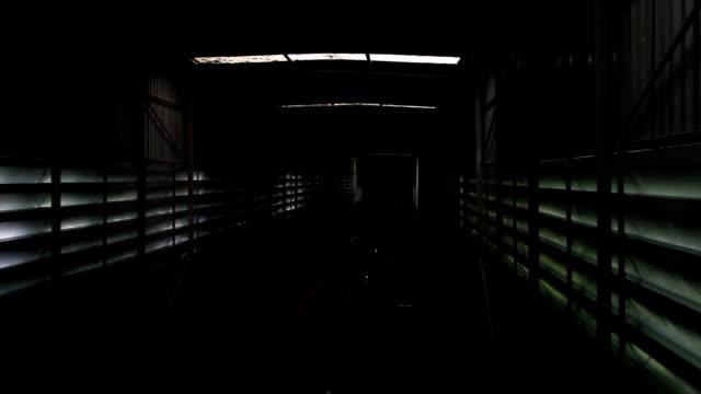 il tram tunnel sposta giù - la manica video stock e b–roll