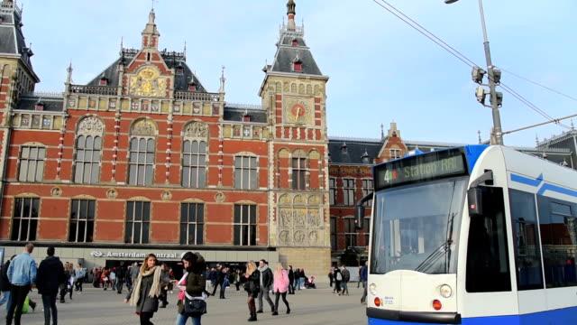 vidéos et rushes de les tramways et les voyageurs en face de la gare centrale d'amsterdam - amsterdam