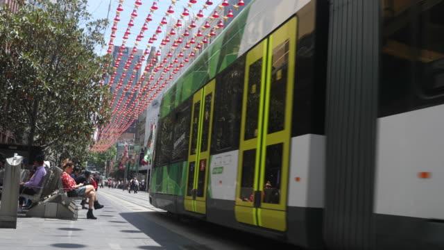 vídeos y material grabado en eventos de stock de trams are seen on bourke street mall on december 1 2016 in melbourne australia - vía de tranvía