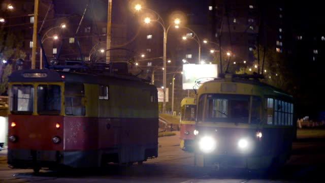 vídeos de stock e filmes b-roll de os eléctricos no posto à noite - linha do elétrico