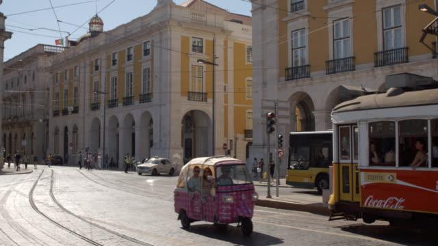 vídeos y material grabado en eventos de stock de trams in lisbon - vía de tranvía