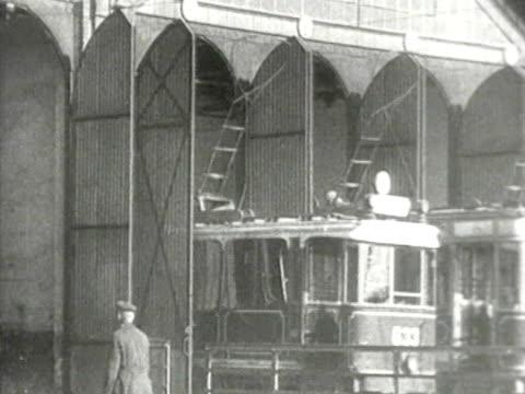 vidéos et rushes de trams leaving the depot - ligne de tramway