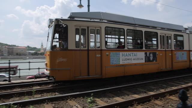vídeos y material grabado en eventos de stock de trams on danube riverside, budapest, hungary, europe - vía de tranvía