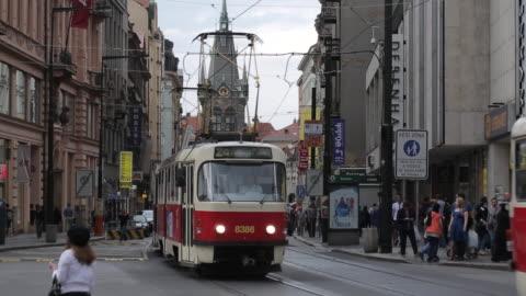 vídeos y material grabado en eventos de stock de trams on jindrisska and jindrisska tower, prague, czech republic, europe - praga