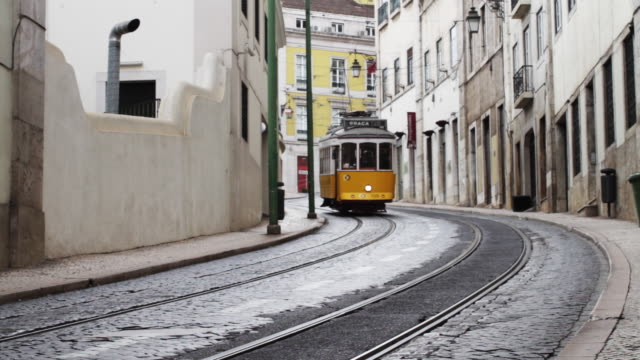 vidéos et rushes de tramway descends narrow street headed to graca, lisbon. - tramway