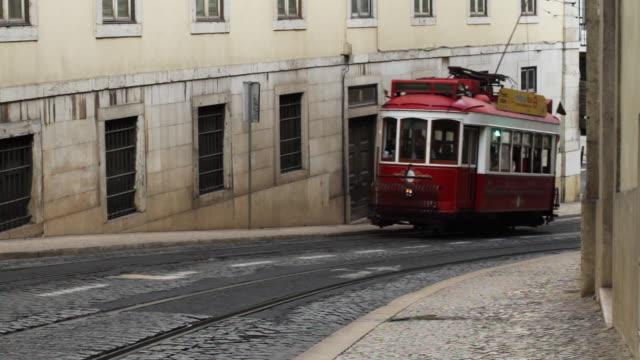 tramway travels through street. - 路面軌道点の映像素材/bロール