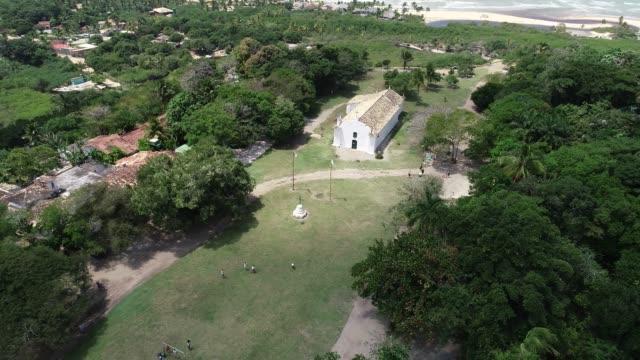 vídeos de stock, filmes e b-roll de vista aérea capela e quadrado de trancoso - igreja