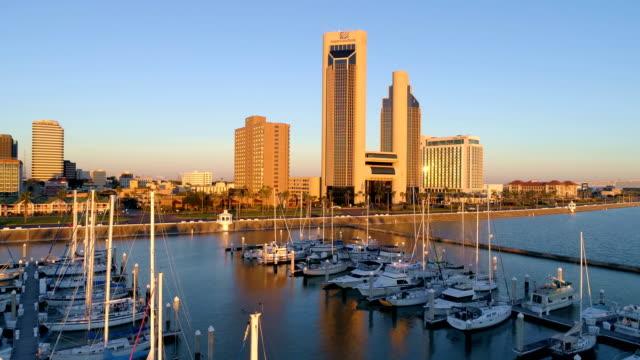 Ruhigen goldenen Reflexionen auf dem Wasser und über Segelbooten in der Marina in Corpus Christi, Texas, USA-Luftbild-Drohne anzeigen
