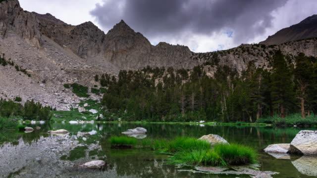 シエラ ・ ネバダ - 時間の経過で静かな湖 - 国有林点の映像素材/bロール