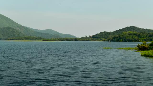 vídeos y material grabado en eventos de stock de escena tranquila junto al río en un día soleado - paisaje espectacular