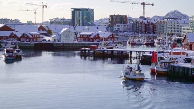 vidéos et rushes de scène tranquille du port de ville de pêche sur les îles de lofoten en hiver - bateau de pêche