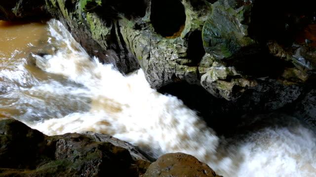 Tranquila escena de corriente de río en una gran cueva, China