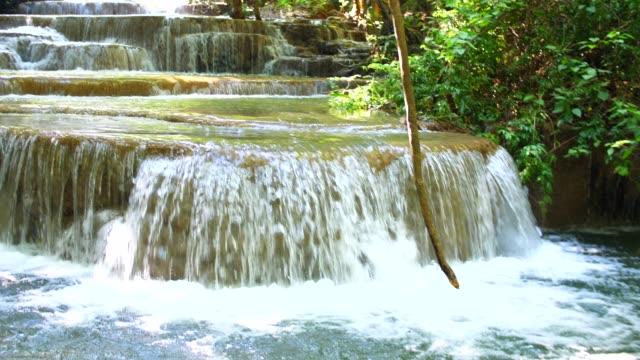 lugn scen av ström av vattenfall, huay mae khamin vattenfall, thailand - naturligt landmärke bildbanksvideor och videomaterial från bakom kulisserna