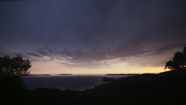 vidéos et rushes de tranquil sundown view, french riviera - lockdown