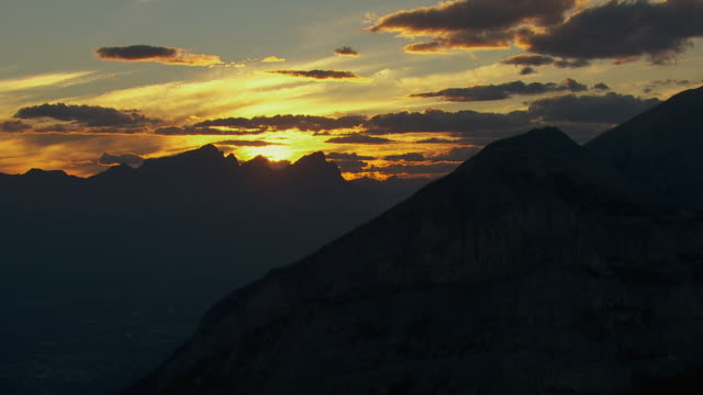 tranquil sunset over canadian rockies - montagne rocciose video stock e b–roll