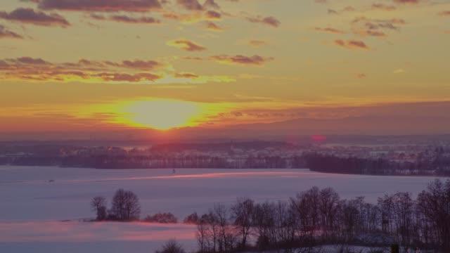 ws の静かな、牧歌的な日の出雪覆われた冬の畑の風景、スロベニア - 30秒以上点の映像素材/bロール