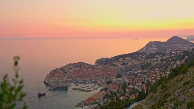 ws 静かな、夕暮れ、クロアチアのドブロブニク海岸ののどかな景色 - ドラマチックな空模様点の映像素材/bロール
