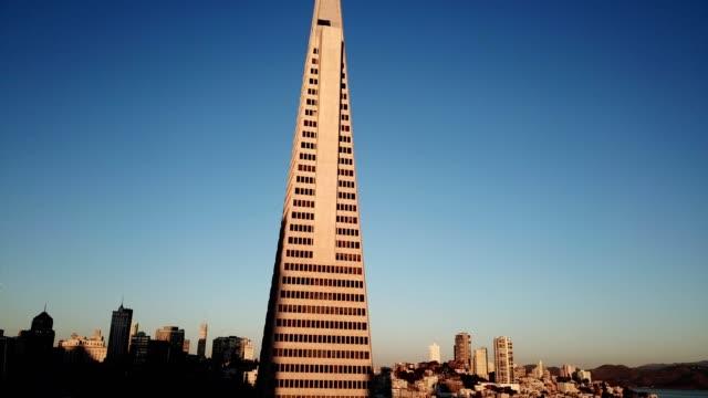 vídeos y material grabado en eventos de stock de transamerica pyramid downtown san francisco - torre coit