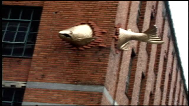 vídeos y material grabado en eventos de stock de transcendence a sculpture by keith jellum, located in downtown portlan at the corner of salmon street and park avenue - portland oregón