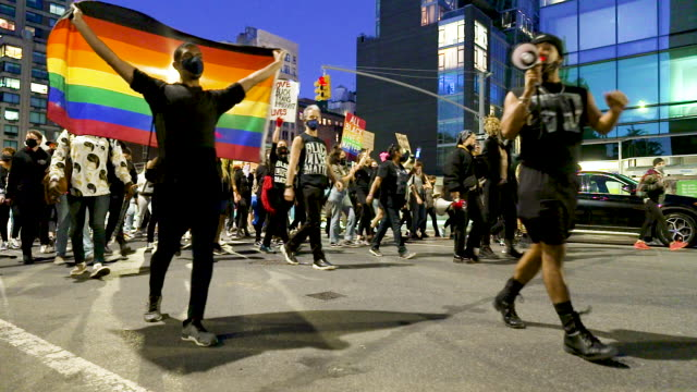 vidéos et rushes de transgender activist rallied in midtown manhattan's times square to protest the shooting and wounding of roxanne moore on october 02, 2020.... - défiler