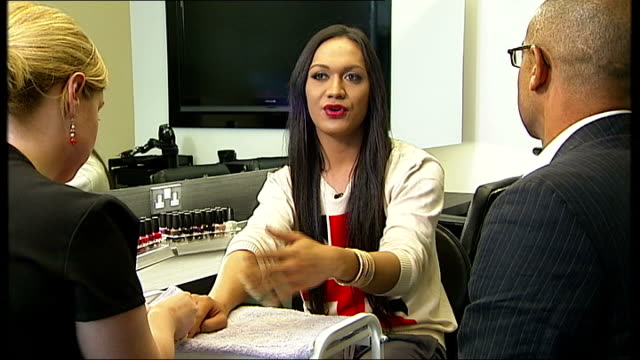 stockvideo's en b-roll-footage met transgender footballer jayeih saelua promotes new film england london int jaiyah saelua chatting to reporter close shot saelua getting her nails done... - menselijke vinger