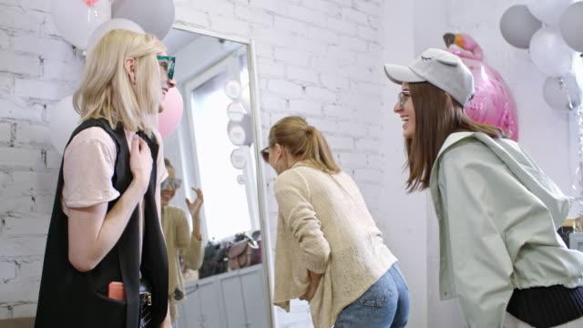 vídeos de stock e filmes b-roll de transgender person and female friends choosing sunglasses - consumismo