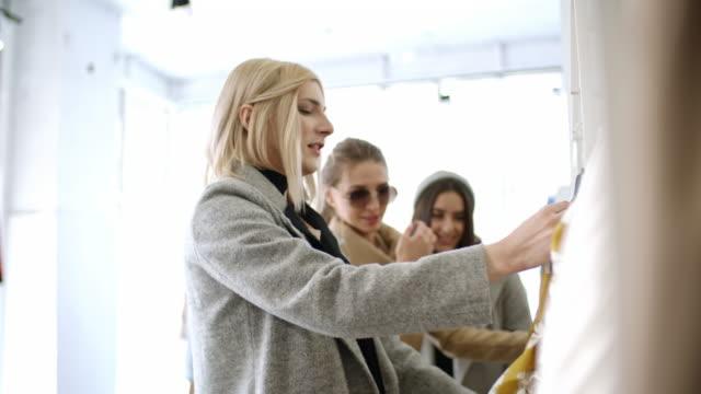 vídeos y material grabado en eventos de stock de transgender person and young women choosing dress in boutique - genderblend