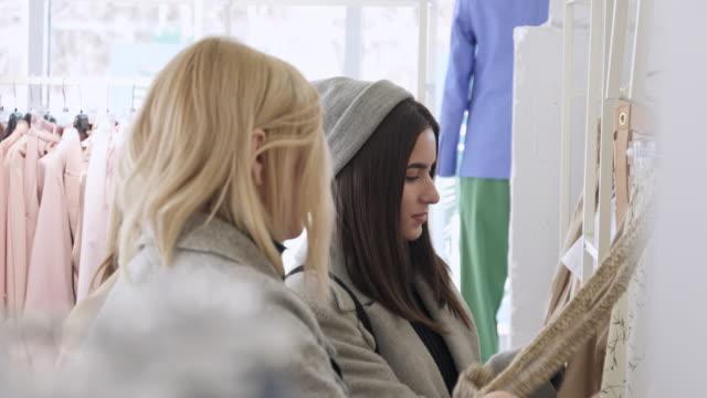 vídeos de stock, filmes e b-roll de transgender person and young women having fun shopping in fashion boutique - escolha