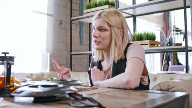 vídeos y material grabado en eventos de stock de transgender person sharing feeling with female friends in cafe - tetera vajilla