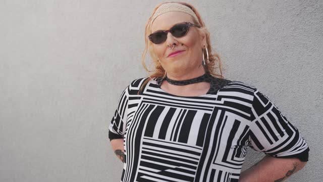 vídeos y material grabado en eventos de stock de mujer transgénero en gris telón de fondo - grey colour