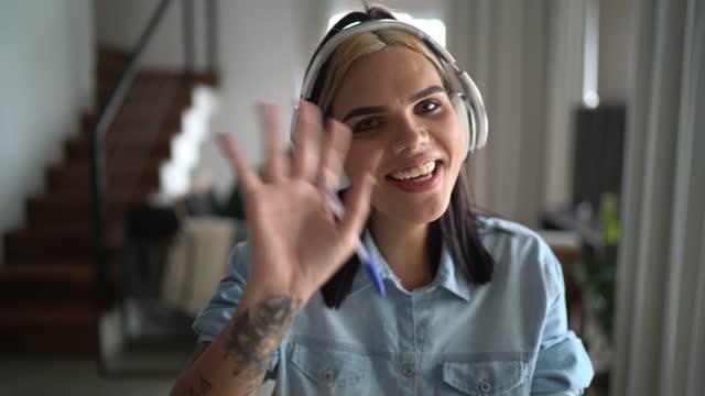 自宅でビデオチャットでトランスジェンダーの女性 - ウェブカメラの個人的な視点 - 離れた点の映像素材/bロール