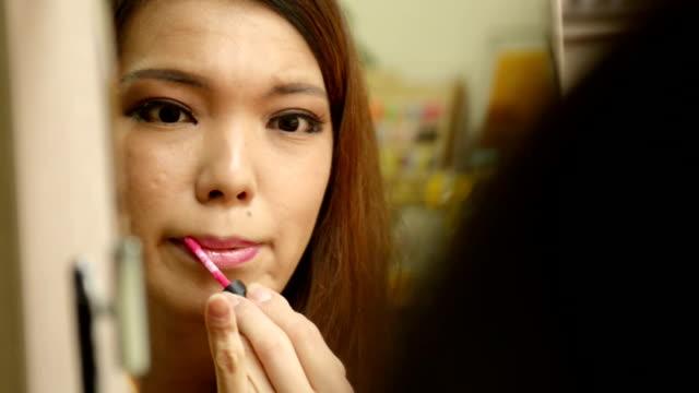 vidéos et rushes de transgender women are makeup to her own face - transgenre