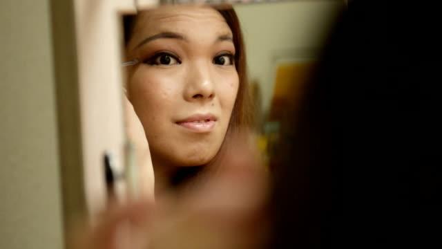 vídeos y material grabado en eventos de stock de transgender women are makeup to her own face - mejora personal