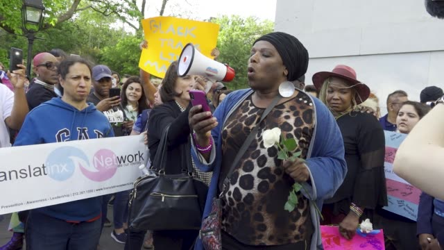 vídeos y material grabado en eventos de stock de transgender women rallied in manhattan's washington square pa in protest of the five black transgender women have been victims of fatal violence in... - racismo