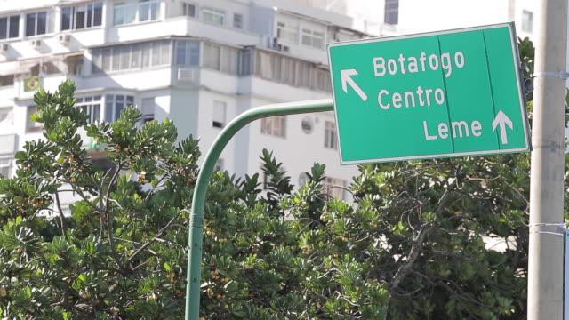 transit board botafogo leme - 方向標識点の映像素材/bロール